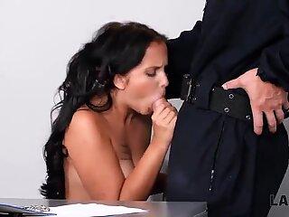 LAW4k. Bad chick se fait casser et baiser par deux policiers coquins
