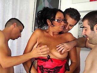 SCAMBISTI MATURI - Mature Italian lady fucked hard